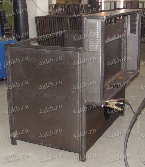 Сваренный металлический каркас шкафа для заряда АКБ