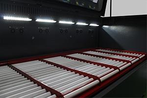 Фото роликовых стеллажей металлического шкафа для заряда АКБ