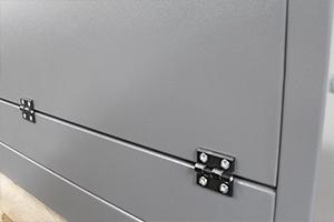 Фотография петель установленных на дверцу шкафа