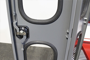 Фотография ригельной системы запирания на дверях