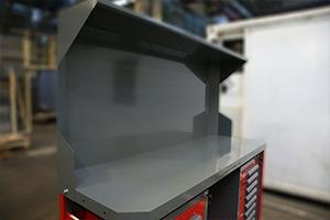 Экран установленный на верстаке аккумуляторщика