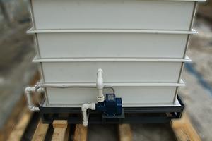 Насос для перекачки электролита установленный на большой емкости