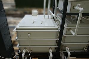 Трубки с кранами для перемещения электролита из одной емкости в другую