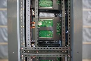 Перфорированные стойки для установки зарядных модулей внутри выпрямителя серии ВЗА