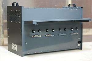 Болтовое подключении аккумуляторов, расположенное на задней панели