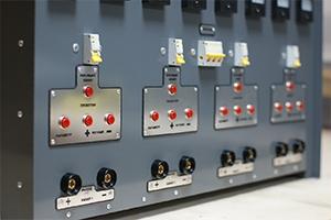 Подключение аккумуляторов через специальные разъемы, расположенные на передней панели
