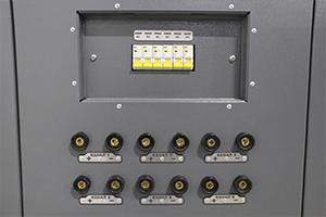 Фото панели управления и подключения АКБ