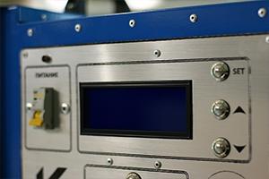 ЖКИ-индикатор и кнопки управления для установки параметров заряда