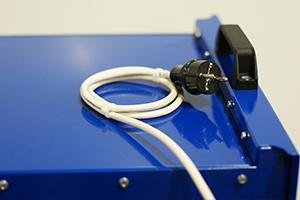 Фото сетевого кабеля с вилкой  устройства Зевс-30A.32B.R30A