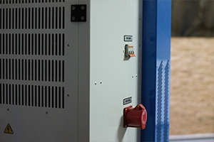 Фото розетки и автомата для подключения устройства к внешнему источнику питания